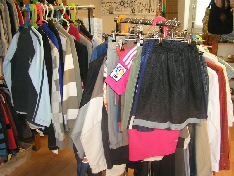 db60412d8a6 Kompletní vybavení obchodu second hand oblečení - prodám